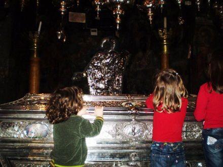 Святителю Спиридону дарована Богом способность воскрешать из мертвых.