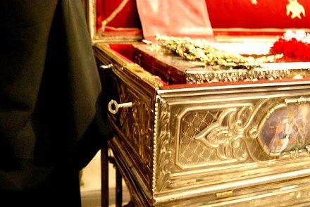 Когда ключ не может открыть замок на раке, священники знают – святого в раке нет, он отлучился чтобы кому-то помочь.