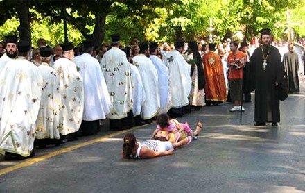 Люди, надеющиеся получить исцеление, ложатся на спину впереди крестного хода, рядом кладут своих детей, чтобы нетленные мощи святителя Спиридона пронесли над ними.