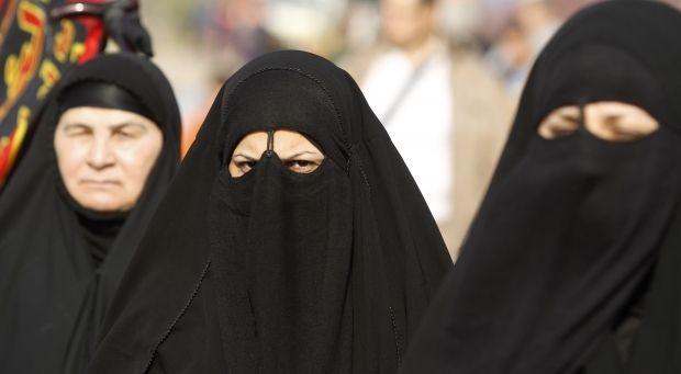 Жінки, одягнені в паранджу / REUTERS