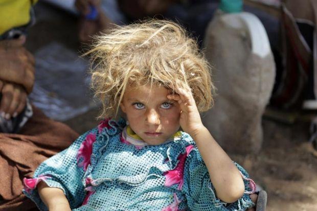 Маленькая беженка-езидка на иракско-сирийской границе, 13 августа 2014 года / REUTERS