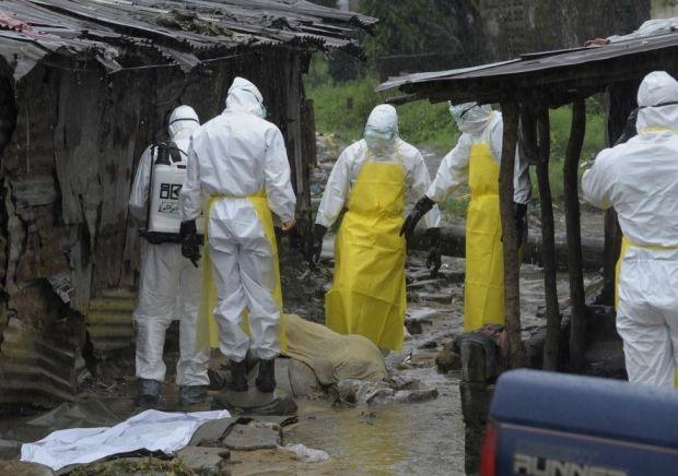 Либерийские медики готовятся убрать с улицы тело умершего от лихорадки Эбола, Либерия, 17 августа 2014 года / REUTERS
