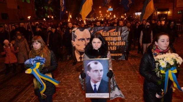Более 3 тысяч человек провели факельное шествие и вече на Майдане ко дню рождения Степана Бандеры