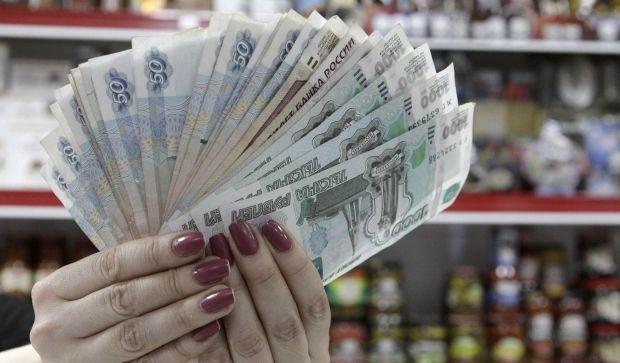 Российский рубль ускорил падение: доллар впервые в истории превысил 81 рубль