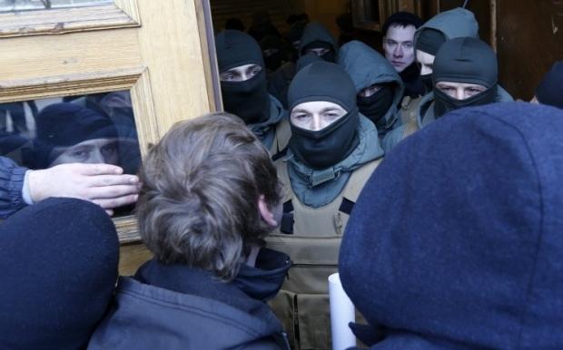 Митингующие пытались зайти в КГГА / Фото УНИАН