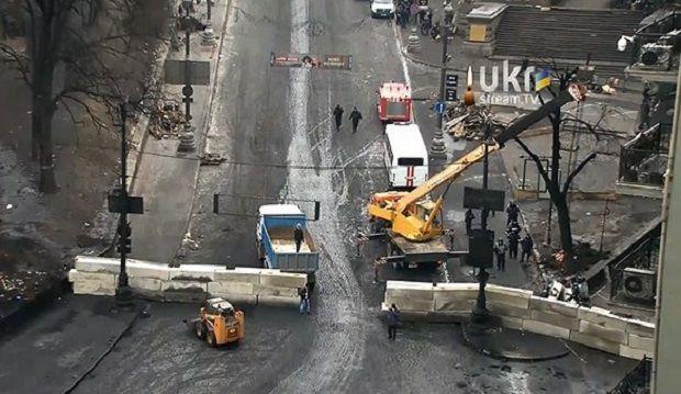 Силовики зводять бетонні барикади