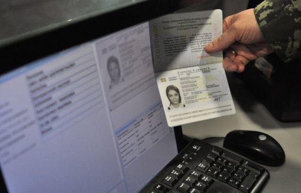 Безвизовым въездом в ЕС смогут воспользоваться украинцы, у которых есть биометрические паспорта / УНИАН