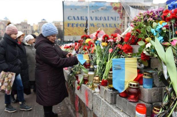 Люди приносят на Майдан цветы и лампадки в память о погибших. Киеве, 22 февраля. Фото УНИАН.