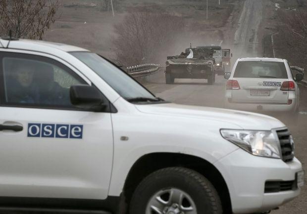 НаДонетчине боевики бросили внаблюдателей ОБСЕ неизвестное устройство, оно горело