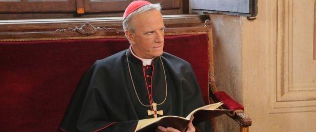 Кристофер Ламберт в роли кардинала Салвемини. Кадр из фильма «Оттенки истины»