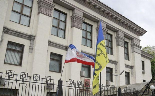 Под посольство РФ принесли траурній венок / gloss.ua