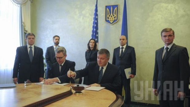 Pyatt and Avakov signed agreement on aid for Ukrainian law-enforcers / Photo from UNIAN