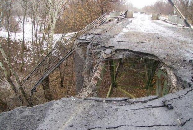 Боевики перешли разрушенный мост