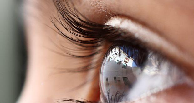 Дослідження як звичайним, так і безконтактним, тобто дистанційним методом за допомогою сучасного обладнання буде проводити лікар-офтальмолог / Фото: huffingtonpost.com