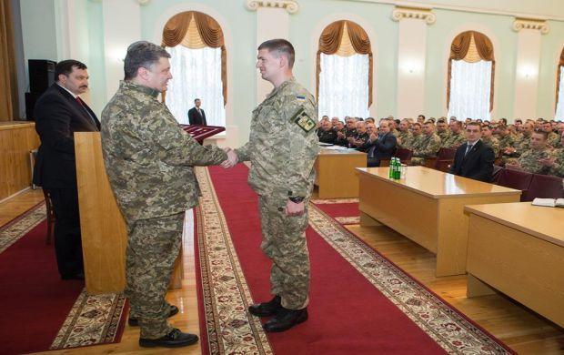 Глава держави також вручив військовослужбовцям ордени Богдана Хмельницького / facebook.com/petroporoshenko