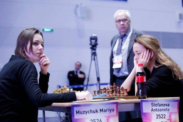 Маряи Музычук (слева) сделала весомую заявку на выход в полуфинал Чемпионата мира / sochi2015.fide.com
