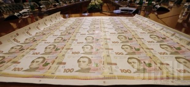 Гривня к закрытию торгов просела по отношению к доллару и евро
