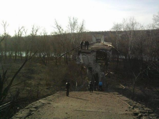 A Stanytsia Luhanska bridge being rebuilt by the sides to the conflict / Photo from moskal.in.ua