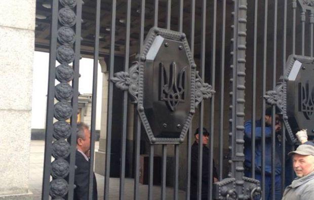 На воротах Рады появился герб Украины / Степан Кубив Facebook