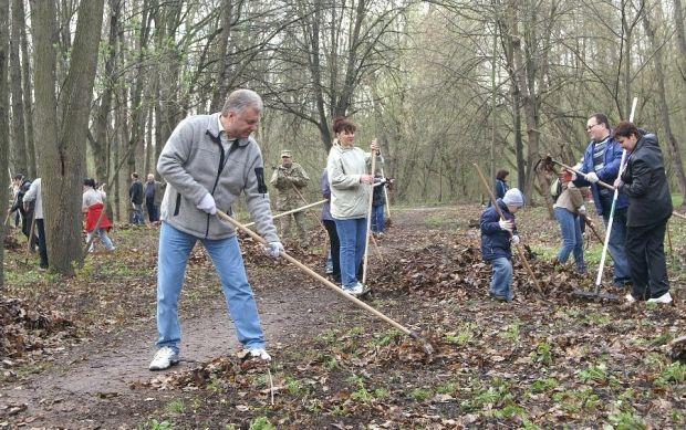 В Чернигове прошла уборка в парках и скверах / chernigiv-rada.gov.ua