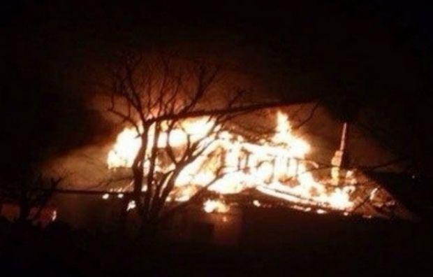 В Донецке после попадания снаряда загорелся дом / соцсети