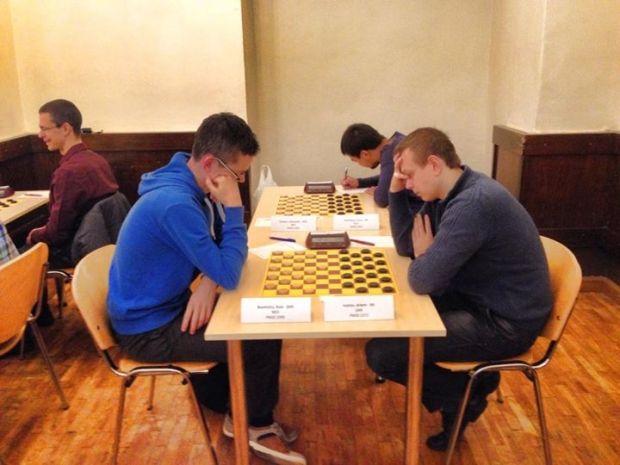 Артем Иванов (справа) отныне имеет наивысшие звания во всех трех шашечных категориях