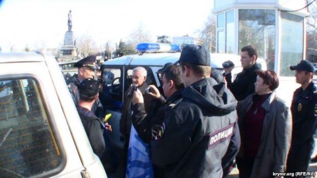 Полиция начала забирать активистов с площади / ru.krymr.com