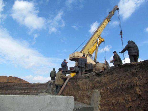 Мариуполь окружают блиндажами и окопами (фото)