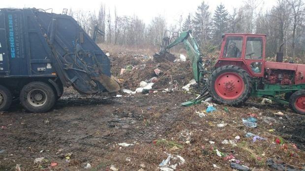 На кладовищах прибирано та вивезено сміття зі стихійних звалищ.