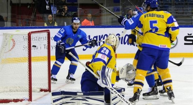 Сборная Украины пропустила пять голов в матче с Казахстаном / wmia2015.iihf.com