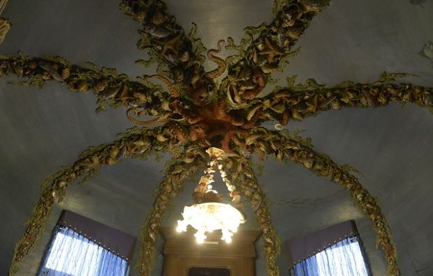 Лепнина в виде щупальцев осьминога, украшенных морскими раковинами, ежами и водорослями на полтолке холла Дома с химерами /