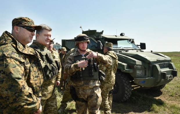 Poroshenko inspects drills of paratroopers in Mykolayiv / Photo from UNIAN