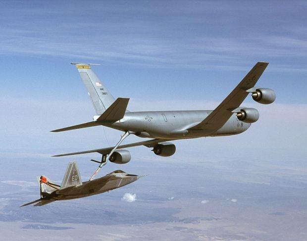 Боинг КС-135 Stratotanker приземлился
