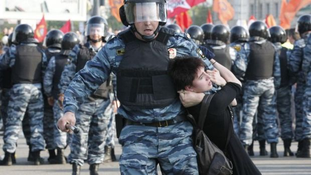 Полиция силой разогнала акцию протеста в Москве в 2012 году / REUTERS