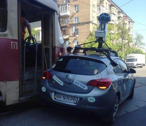 В Киеве столкнулись трамвай и Google-мобиль