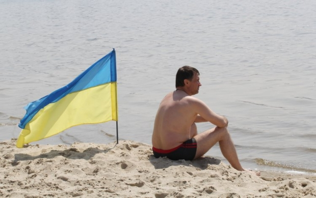 На киевских пляжах будут извещать флагами, можно ли в этот день купаться / Фото: УНИАН