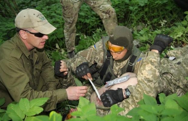Оказание медицинской помощи на поле боя / Фото: УНИАН