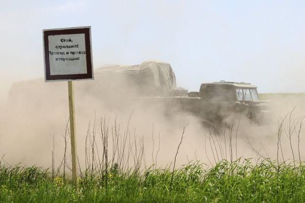...пропуска Успенка Донецкой области проследовала колонна военной техники.