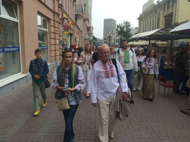 Some residents of Moscow support Ukrainians who have celebrated the Day of Vyshyvanka, a traditional Ukrainian embroidered shirt / Photo by Roman Tsymbalyuk
