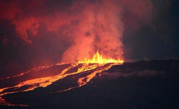 Вулкан продолжает извержение / Galapagos National Park