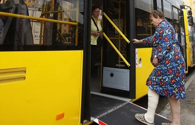 Деякі категорії населення продовжуватимуть їздити міським транспортом безкоштовно / Фото УНІАН