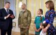 Порошенко вручил освобожденному из плена комбату Кузьминых орден 'За мужество' <br> @poroshenko