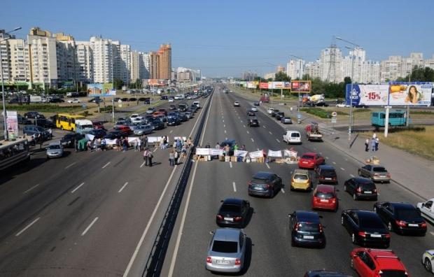 Власники МАФів перекрили проспект Бажана / Фото УНІАН