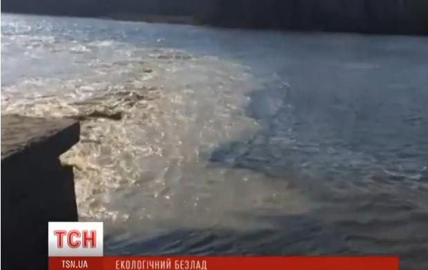 В Днепр сбрасывают грязную воду / Скриншот