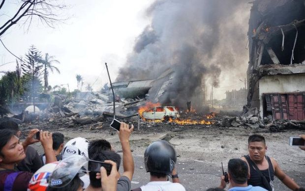 The military C130 Hercules airplane crashed into two houses and a car in Indonesia / Photo from @boppinmule