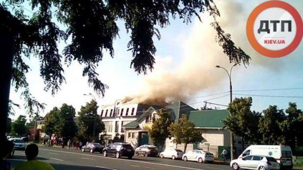 В настоящее время горит крыша здания площадью около 300 кв м
