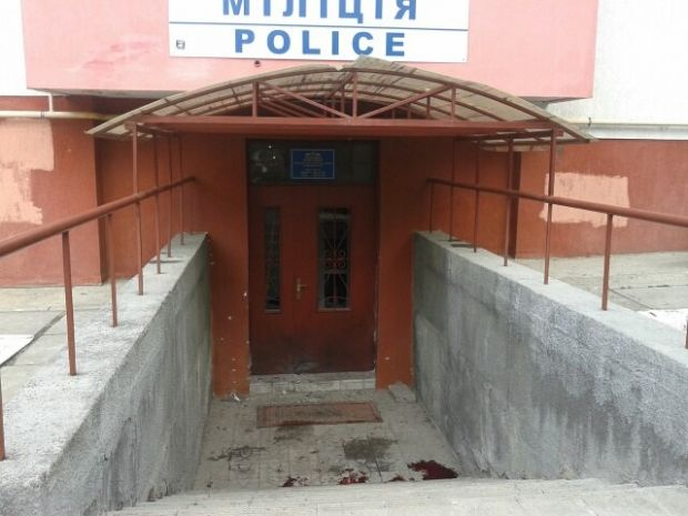 A booby trap device was fixed to the door of the police station / Photo from vk.com/govarta1