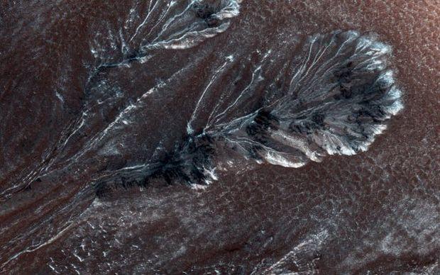 NASA обнародовало снимок замерзших ущелий на поверхности Марса