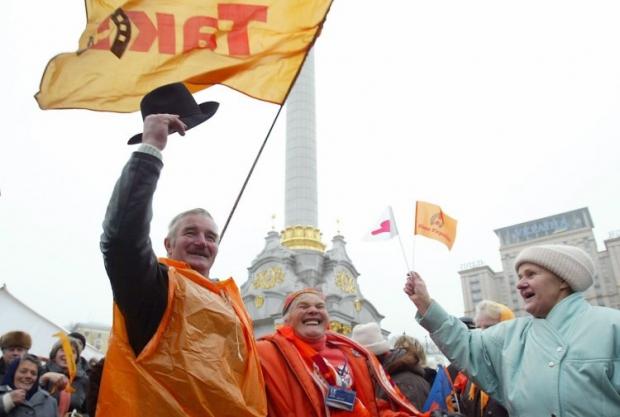 Люди святкують другу річницю Помаранчевої революції