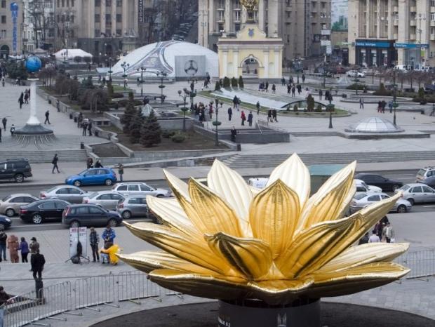 Встановленння скульпутри китайського митця на Майдані